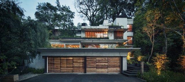 ferienhaus garagentor holz fassade beton naturnah
