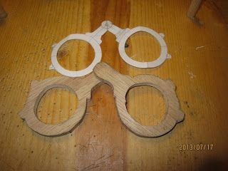 Maak zelf je eigen middeleeuwse bril: http://ercc-glaison.blogspot.nl/2013/07/medieval-oak-eye-glasses.html