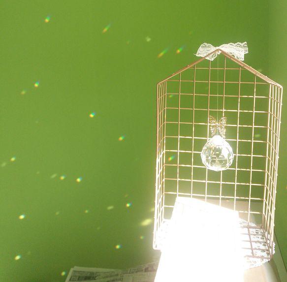 虫かごにいる蝶をイメージして作りました★クリスタルは50mm。窓辺に置いて日光が当たると、部屋の中がキラキラ輝きます★|ハンドメイド、手作り、手仕事品の通販・販売・購入ならCreema。