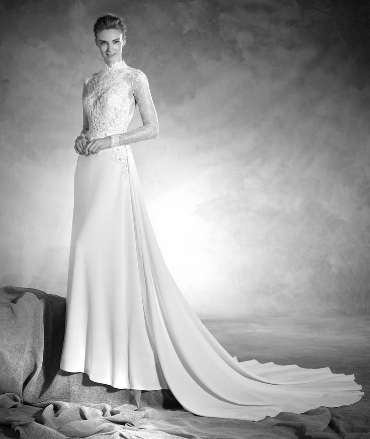 Sublime flared wedding dress in crepe. The bodice is made in Chantilly combined with lace and gemstone appliqués, achieving a second-skin effect. The dress is fitted at the waist and flatters the…