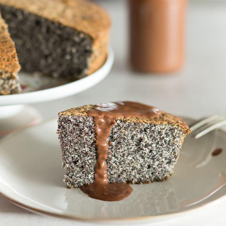 Wenn die Schokoladensauce beim ersten Bissen schmilzt und das Mohnaroma sich entfaltet ist schnell klar, dass dieser Kuchen keine Wünsche offen lässt.