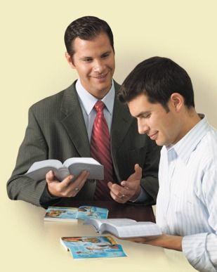Uma Testemunha de Jeová estudando a Bíblia com um homem