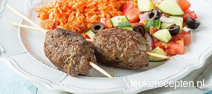 Kofta betekent gehaktbal en wordt in Griekenland vaak gegeten met tomatensaus, met pitabrood of aan een spies