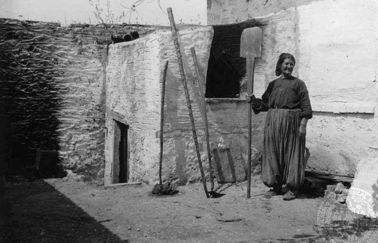 DOROTHY BURR THOMPSON ΣΠΕΤΣΕΣ - 1934 - ΜΙΑ ΓΥΝΑΙΚΑ ΕΤΟΙΜΑΖΕΤΑΙ ΝΑ ΞΕΦΟΥΡΝΙΣΕΙ ΤΟ ΨΩΜΙ
