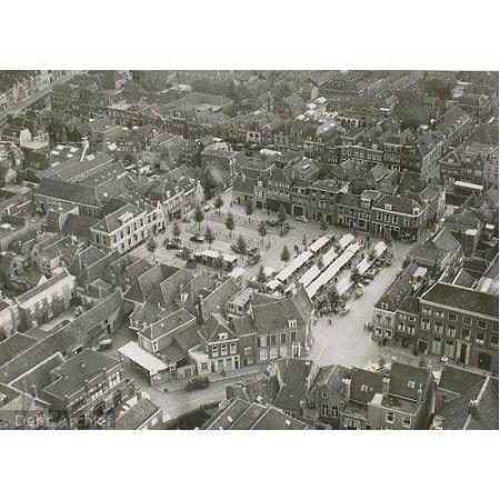 Luchtfoto van de Beestenmarkt circa 1947 en omgeving gezien naar het oosten. Boven: Molslaan, links: Oosteinde, onder: Burgwal, midden: Beestenmarkt.