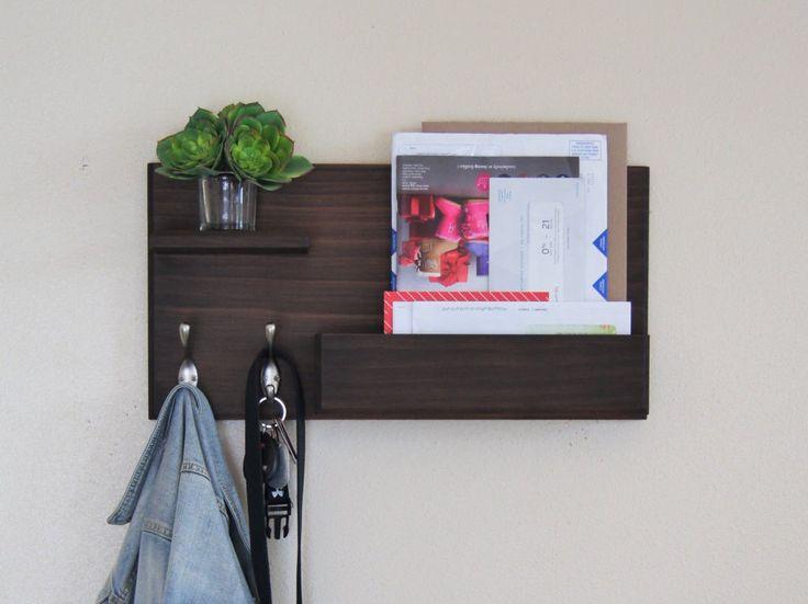 Coat Rack Wandmodellen met Mail-opslag en drijvende plank portiek organisator sleutel haken door MidnightWoodworks op Etsy https://www.etsy.com/nl/listing/254007444/coat-rack-wandmodellen-met-mail-opslag