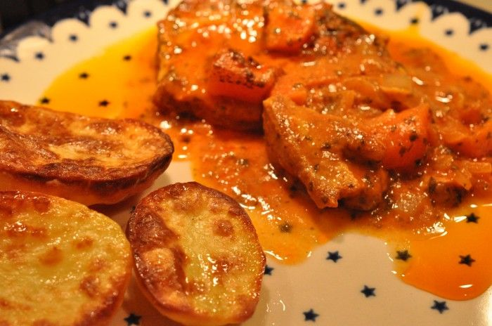 stegeso Römertopf persille møre koteletter mad til to dage koteletter i rød sauce koteletter i flødesauce koteletter i fad koteletter ketchup gulerødder. gæstemad flødesauce fløde  Römertopfen fyldes med koteletter, løg, gulerødder og flødesauce