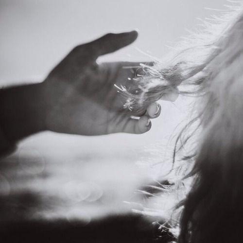 """¨...Te regalaré un abismo, dijo ella pero de tan sutil manera que sólo lo percibirás cuando hayan pasado muchos años y estes lejos de México y de mi. Cuando más lo necesites lo descubrirás, y ese no sera el final feliz, pero si un instante de vacío y de felicidad. Y tal vez entonces te acuerdes de mí, aunque no mucho...¨ (Del Libro: """"Los Perros Románticos"""") Roberto Bolaño"""