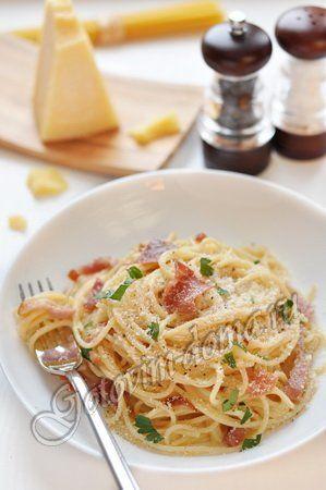 Паста карбонара    спагетти - 200-300 г, бекон - 100 г, желтки - 4 шт,  сливки (35%) - 100 мл,  тертый пармезан (грана падано, джюгас и т.п.) - 50 г, чеснок - 1 зубчик, 2 веточки петрушки (только листики, без стеблей)  соль, свежемолотый перец