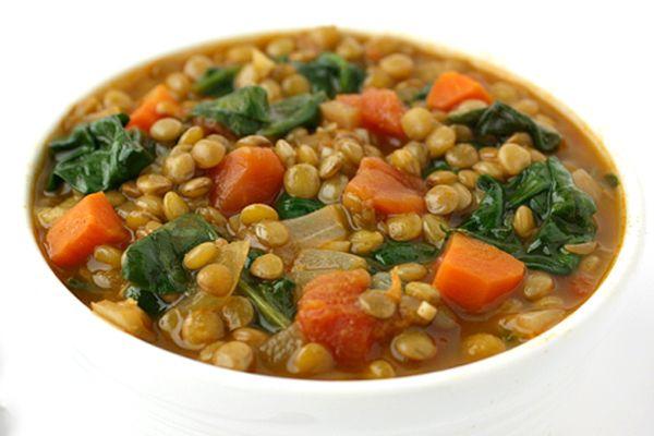 Veja aqui como fazer uma deliciosa sopa de lentilhas e espinafre, ideal para se esquentar nos dias frios do inverno!
