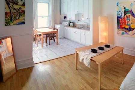 Regardez ce logement incroyable sur Airbnb : Le Plateau Mt-Royal près du centre-ville - Appartements à louer à Montréal, Québec, Canada