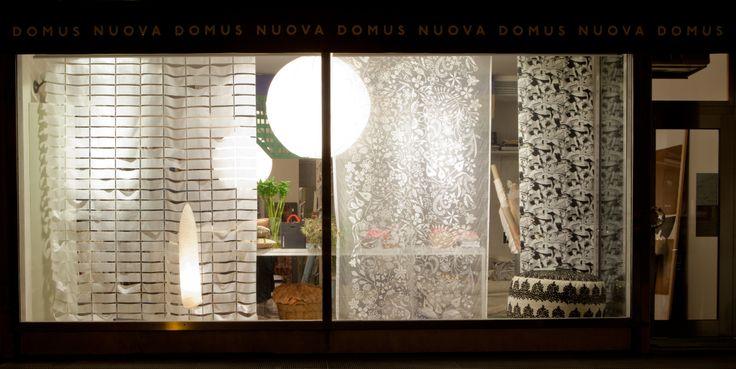 vetrina Black and White di Nuova Domus - Udine con tessuto di Tord Boontje; pouf rivestito con tessuto Hand Made in Marocco e carta da parati Nobilis. foto di Laura Tessaro