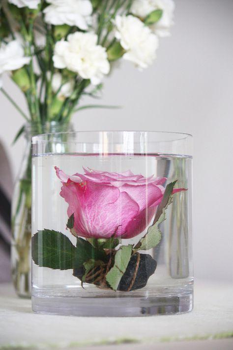 Ostimme viikko sitten ruusukimpun, jossa yksi ruusu oli katkennut. Pakkohan tuo yksinäinen kaunotar oli saada myös esille. Koska olemme ai...