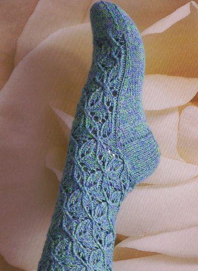 Meia tricotada em redondo ou com 4 agulhas. Modelo livre.