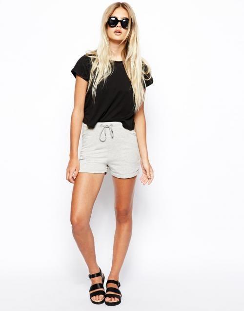 Short gris taille haute (Asos, 21,18 €). La taille haute au sommet! sur http://www.flair.be/fr/mode/292337/la-taille-haute-au-sommet