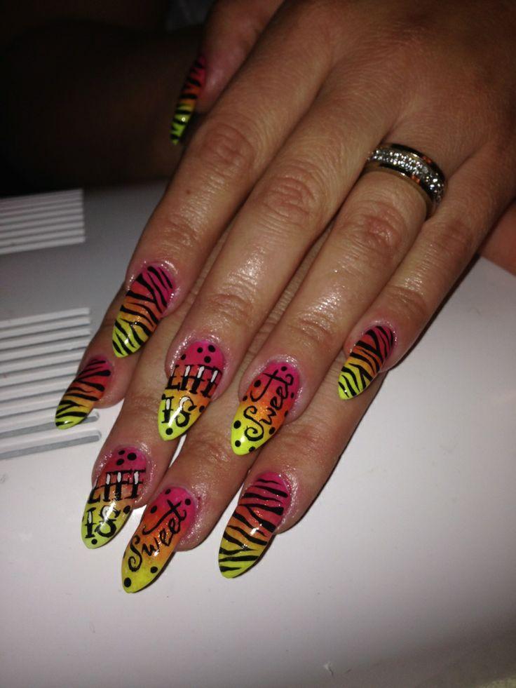 Zebra med farvechok! Se mere på www.glitzyglam.dk