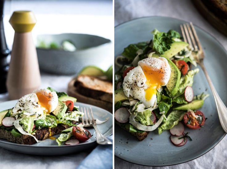 Kváskový chléb s vejcem, salátem a avokádem