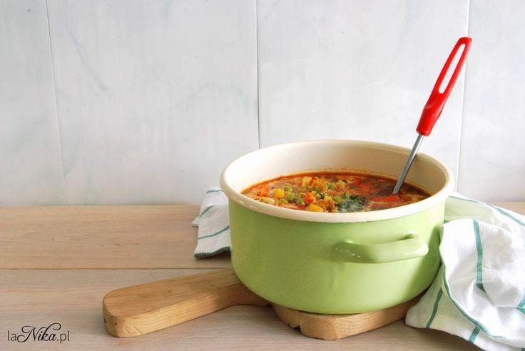 Rozgrzewająca zupa z kurczakiem, brokułem, papryką i groszkiem