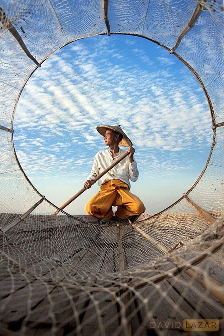 David Lazar, photographe et musicien Australien, parcourt le monde muni d'un appareil photo et de la volonté de dévoiler le cœur des pays qu'il traverse.  Courant février 2015, il a publié une série de clichés réalisés lors d'un voyage en Birmanie. Ses photographies anthropologiques sont d'une qualité remarquable. Elles plongent principalement dans les regards curieux des habitants mais livrent également un regard puissant sur les paysages colorés du pays. Voici notre sélection de ses…