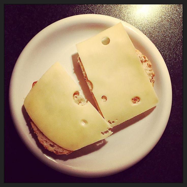 Een boterham met gatenkaas. Gewoon. Omdat het kan. :-) #eten #myview