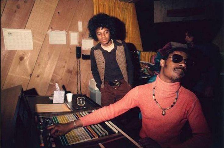 Майкл Джексон и Стиви Уандер в студии Мотаун, США, 1974 год.