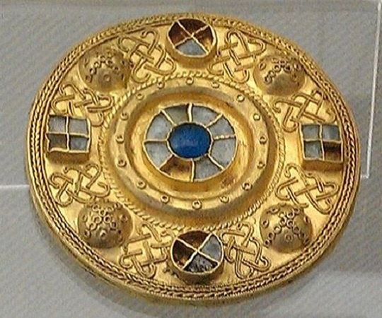 Gold disc fibula with filigree and glass paste from Castel Trosino, tomb 117, 7th century