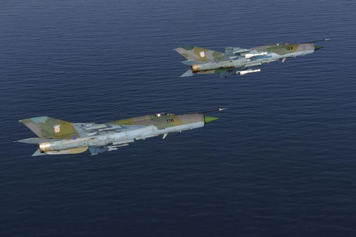 Δύο κροατικά MiG-21 (μέσω medium.com/war-is-boring) | Two MiG-21 fighter aircrafts of the Croatian Air Force(via medium.com/war-is-boring).