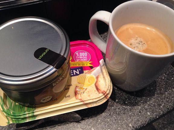 Bulletproof Coffee soll wach machen, lange sättigen und beim Abnehmen helfen. Die Zutaten sind jedoch gewöhnungsbedürftig: Kaffee, Kokosöl und Butter.