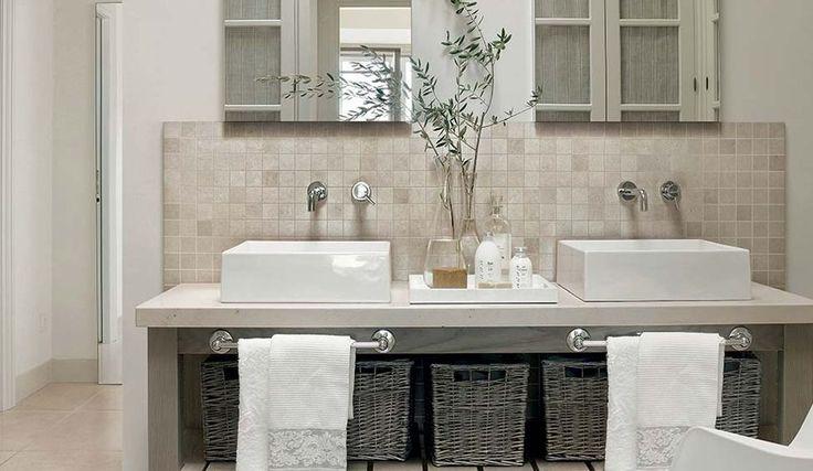 Klassieke badkamer met mozaïekwand en lichte tinten.