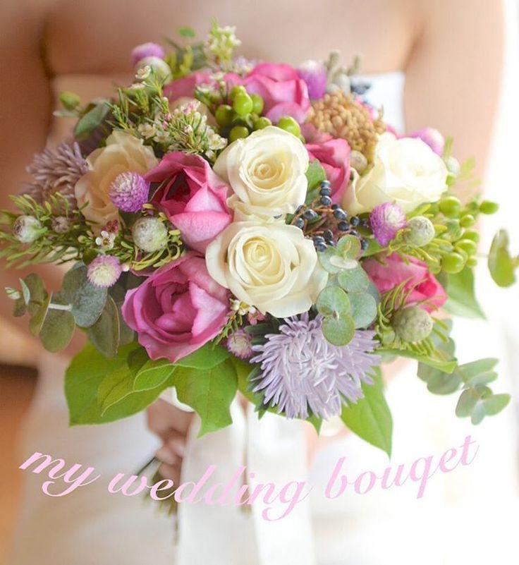 #weddingtbt 沖縄挙式のときのブーケ わたしは沖縄のお花屋さんに外注しました P会社のブーケでは納得いかず、オリジナルをオーダーすると倍以上のお値段となってしまい、、探しに探して出会ったお花屋さんでオーダーしました。何度もメールでやり取りをして、花材からこだわって作ってもらったクラッチブーケ。 当日はイメージにぴったりのブーケが届いて感激しました✨ #wedding #weddingbouquet #沖縄ウェディング #okinawawedding #卒花 #bride