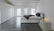 Grijze vloer in witte slaapkamer