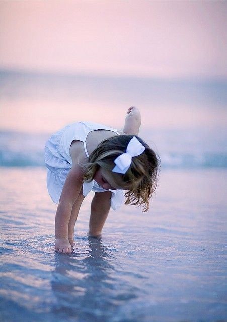 Sweet little girl on the beach...  (Source: shellsonthebeach)