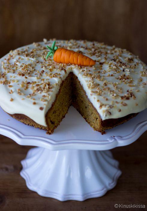 Vinkit: Porkkanaan ei ole syytä suhtautua ennakkoluuloisesti makean kakun raaka-aineena. Kakku ei maistu porkkanalle, mutta raaste tuo siihen ihanaa mehevyyttä. Tuorejuustokuorrutus kuuluu perinteiseen porkkanakakkuun ja lisää kakun näyttävyyttä. Kokeilkaapa kuitenkin joskus tarjoilla porkkanakakku aivan uunituoreena, vielä lämpimänä - ja ilman kuorrutetta. Se on taivaallista niinkin! Appelsiini antaa kakulle pikantin makuvivahteen. Perinteiseen porkkanakakkuun se ei kuulu, […]