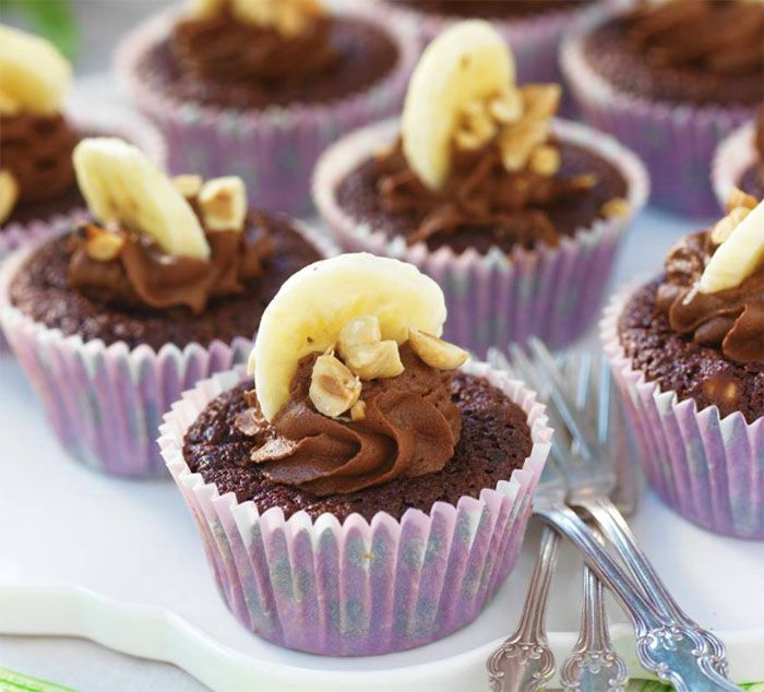 Baka söta muffins med choklad och bananer.