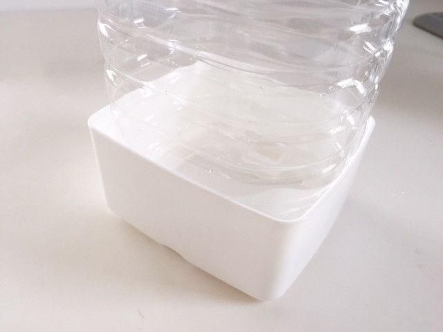 ペットボトルを捨てるのちょっと待った 100均グッズとコラボすると意外な働きをしてくれます 小さなバスルームの収納 100均 100 円ショップ裏技