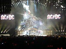 AC/DC ist eine australische Hard-Rock-Band, die am 31. Dezember 1973 von den in Schottland geborenen Brüdern Angus und Malcolm Young gegründet wurde.