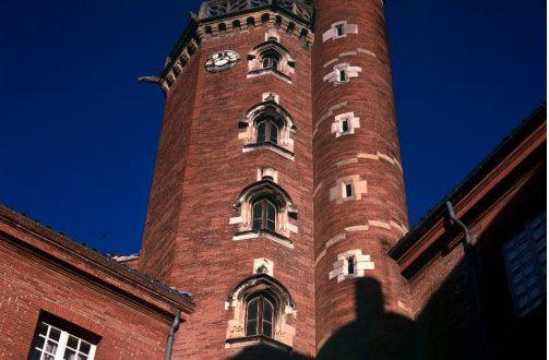 En 1504, Jean de Bernuy se fit bâtir l'hôtel de Bernuy architecte Louis Privat. La construction se poursuivit jusqu'en 1530. La plus haute tour de la cité (symbole de puissance, signe de reconnaissance des personnages importants de la cité).Dès 1566,il perdit sa vocation d'habitation privée. Collèges de jésuites, royal ou impérial s'y succèderont avant de céder la place au collège et lycée Pierre-de-Fermat, toujours présents