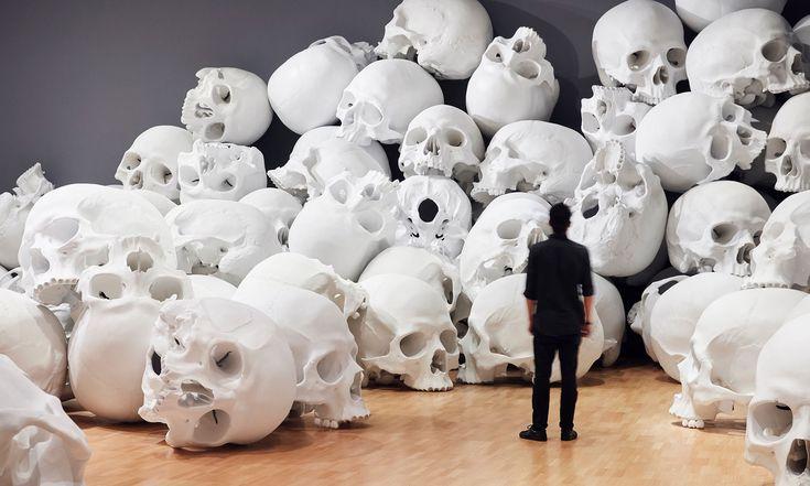 Ron Mueck vystavil vaustralské galerii 100 lidských lebek vnadživotní velikosti