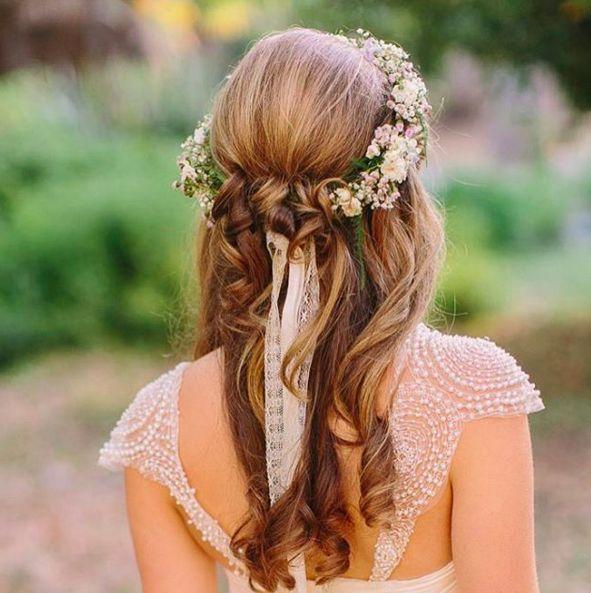 Una corona di fiori è perfetta per le acconciature da sposa. Guarda anche 25 bellissime idee per i capelli da sposa  -cosmopolitan.it