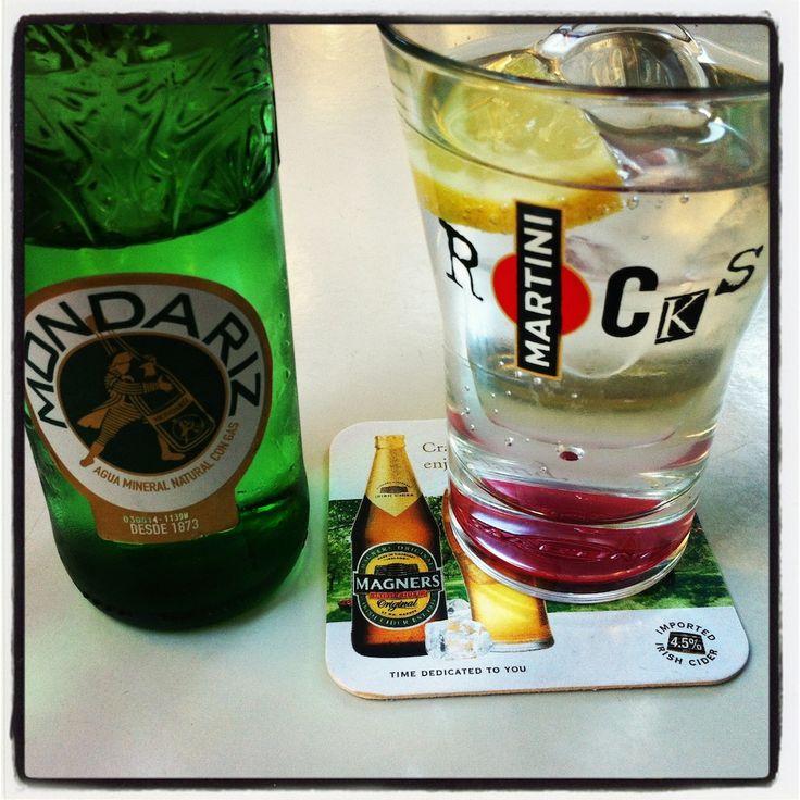 Por triplicado: Agua con gas Mondariz en copa de Martini y posavasos de sidra irlandesa #desencuentros