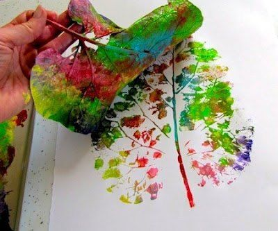 Blad schilderen in verschillende kleuren. Daarna op een wit blad afdrukken.