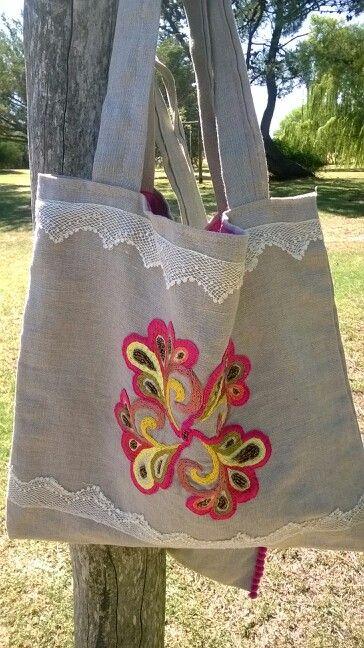 Bolso bordado a mano con detalle de puntilla tejida al crochet.- Consultas anatmina@gmail.com