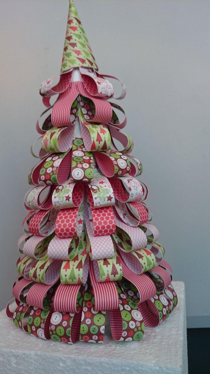Arbol confeccionado con un cono de porex y unas tiras de cartulinas decoradas de scrap