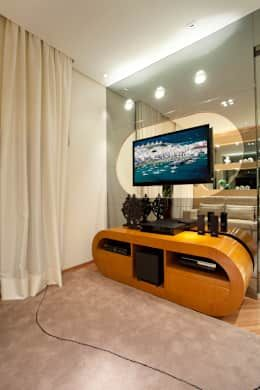 Apartamento Jatobá: Salas multimídia modernas por Designer de Interiores e Paisagista Iara Kílaris
