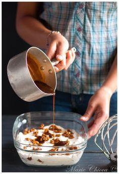 Glace coco-vanille à la texture ultra bluffante, striée de fines marbrures de « faux » caramel à la fleur de sel et agrémenté d'éclats de noix de pécan… Le tout 100% vegan, à IG super bas