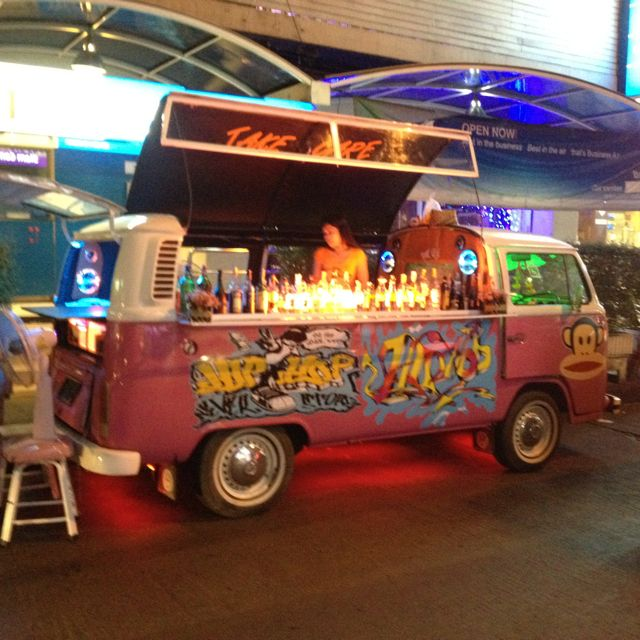 Pop up bar in Bangkok Ever thought of having your mobile pop-up.food truck open up like this?! popuprepublic.com