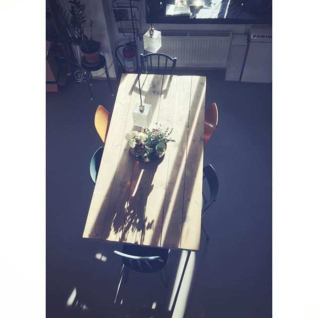 Vår i stua/kjøkkenet/soverommet 😂 --- #boligplussnvh2017 #urbanjunglebloggers #gjenbruk #studioapartment #interior #rom123stue #boligplussminstil #rom123 #plantlove #plantsrule #marissjokoladefabrikk #rom123kjøkken #bruktfunn #lagerhaus #boligpluss_vår #boligpluss_lamper #boligpluss_kjøkkenstemning