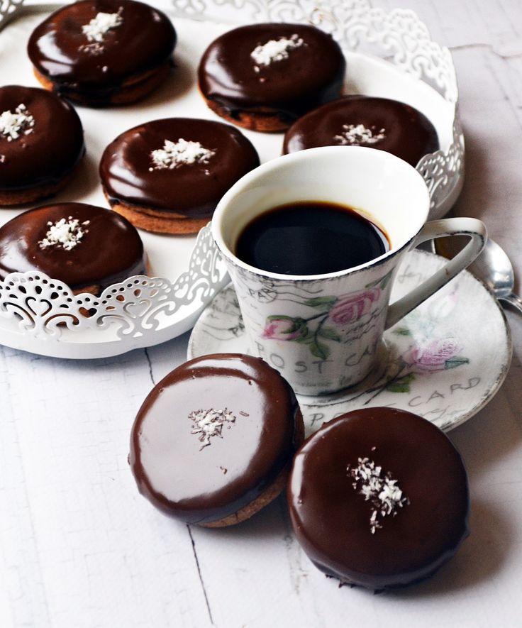 Karácsonyi bögrés ischler-Hozzávalók 35 darabhoz:  A mérce a szokásos 2,5 dl-es bögre!   25 dkg hideg vaj 2 bögre liszt (25 dkg) 1 bögre darált dió (10 dkg) háromnegyed bögre porcukor (8-10 dkg) 1 csomag vaníliás cukor (10-12 g) 2 teáskanál holland kakaópor 1 csapott mokkáskanál sütőpor 1 csapott mokkáskanál fahéj A csokoládébevonathoz:  3 tábla (30 dkg) jó minőségű étcsokoládé (vagy megmaradt csokimikulások is megteszik) pici kókuszreszelék a díszítéshez