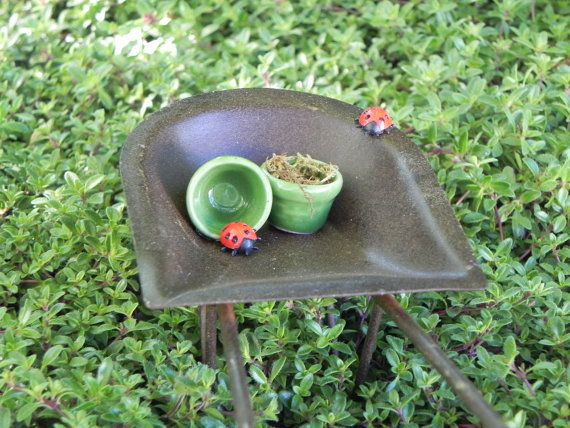 Carretilla de jardín de hadas  macetas de mariquitas  la