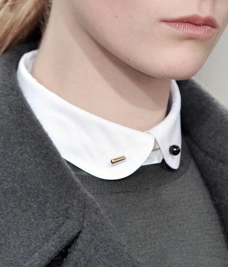 moda, szary plaszczyk z bialym kolnierzykiem. White shirt. Neck detail. Grey sweater, Grey jacket